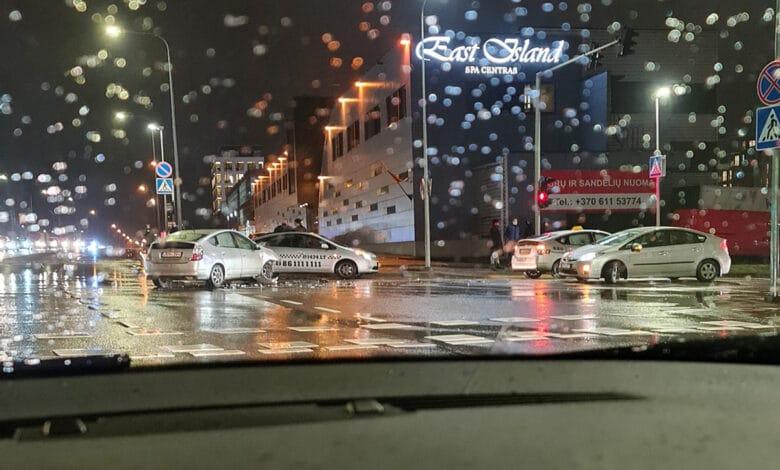 """Neįtikėtina avarija Vilniuje: susidūrė net 3 """"Toyota Prius"""" automobiliai"""