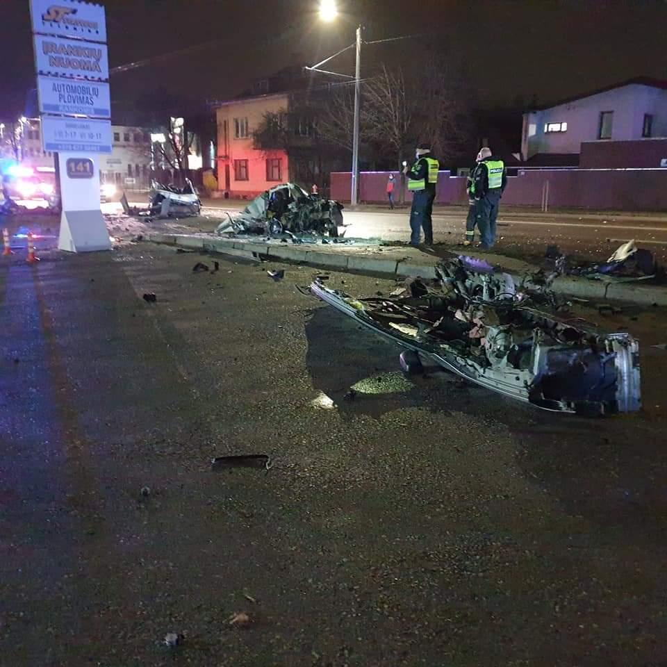 Nuo pareigūnų dideliu greičiu sprukęs BMW vairuotojas trenkėsi į stulpą