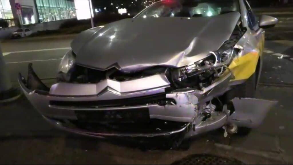 Vilniuje taksi vairuotojas trenkėsi į policijos automobilį