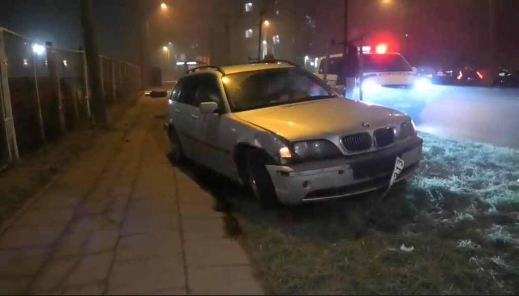 """Vilniuje, Dzūkų gatvėje naujųjų metų naktį """"BMW"""" markės automobilis rėžėsi į viešojo transporto stotelę. Automobilio vairuotojas buvo neblaivus."""