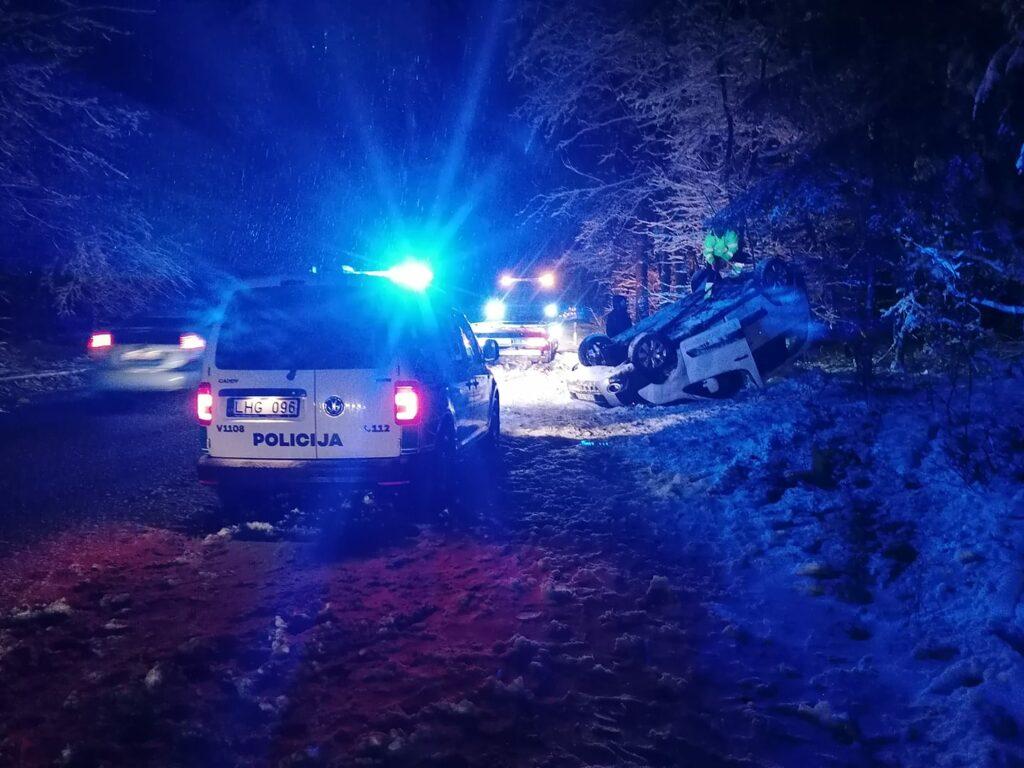 Žaliųjų ežerų g., nuo kelio nuvažiavo ir apsivertė Citroen automobilis.