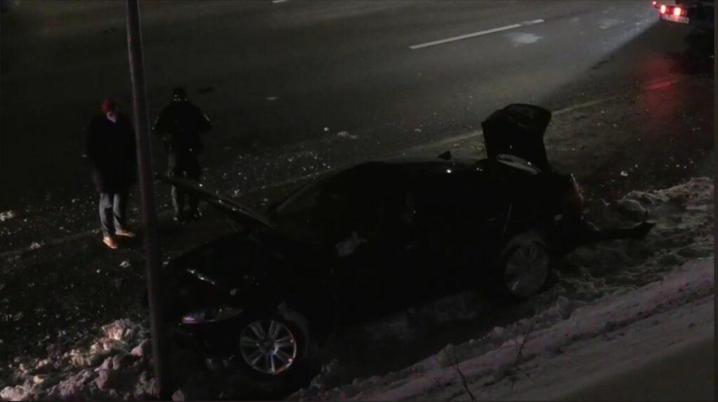 Po avarijos vakariniame aplinkkelyje smarkiai apgadintas automobilis.