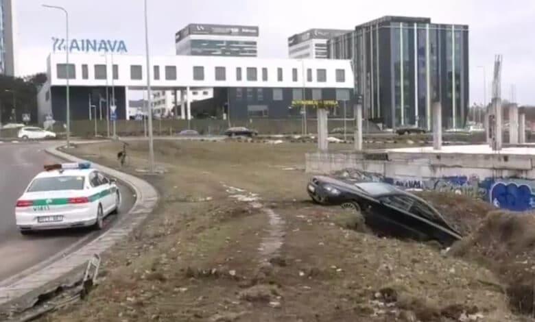 Avarija Vilniuje: girta mergina rėžėsi į šlaitą ir atsidūrė griovyje