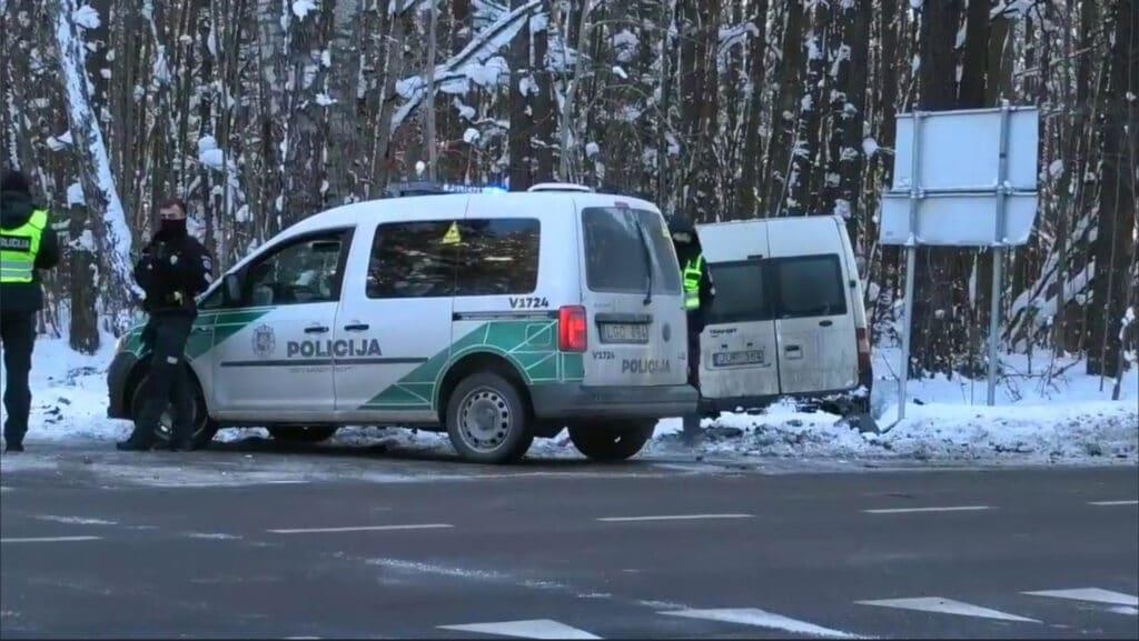 Po susidūrimo Ford Transit mikroautobusas nuvažiavo nuo kelio.