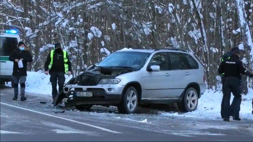 Po avarijos smarkiai apgadintas BMW X5 visureigis.