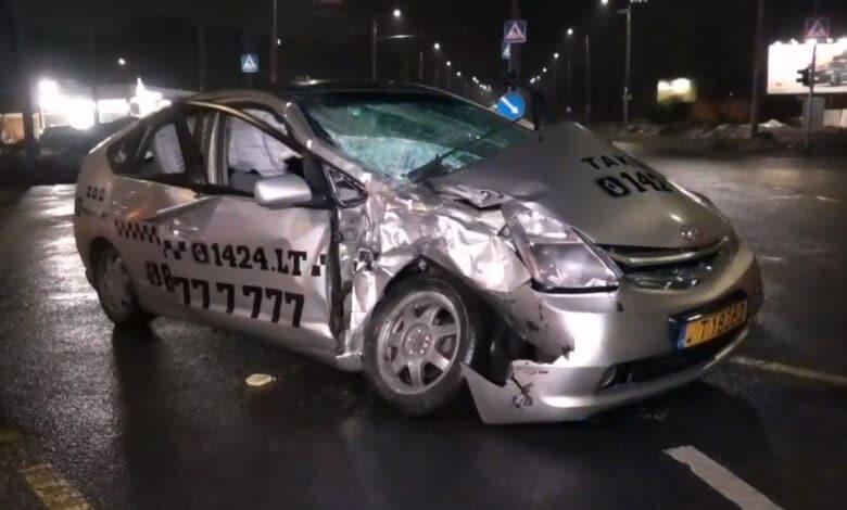Avarija Vilniuje: taksi susidūrė su autobusu. Nukentėję išgabenti į ligoninę.