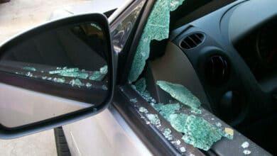 Policija ieško liudininkų: vandalai apgadino 14 automobilių, o ant apsnigtų BMW markės automobilių išpieštos širdelės.