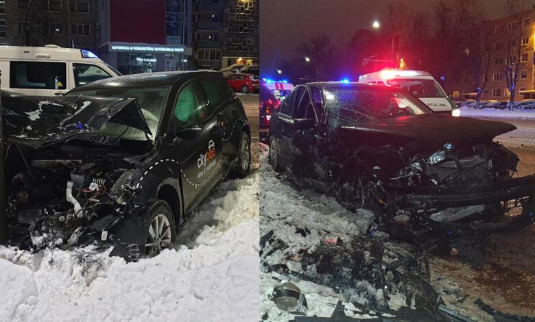 """Šeštadienio vakare avarija Kaune: susidūrė BMW ir """"CityBee"""" VW automobolis, yra nukentėjusių."""