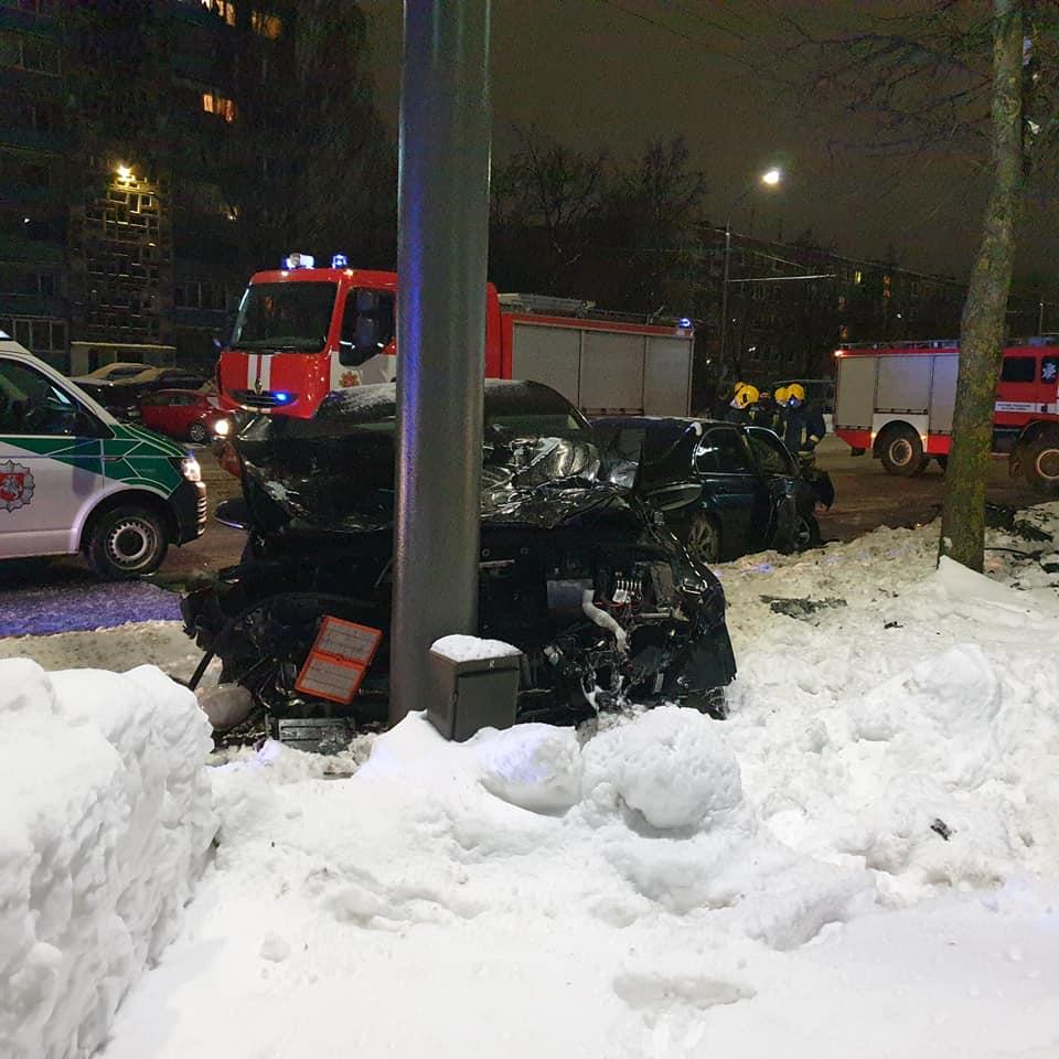 """Šeštadienio vakare avarija Kaune: susidūrė BMW ir """"CityBee"""" VW automobolis, yra nukentėjusių. Šaltinis: FB grupė """"Kur Stovi Trikojis Kaune""""."""