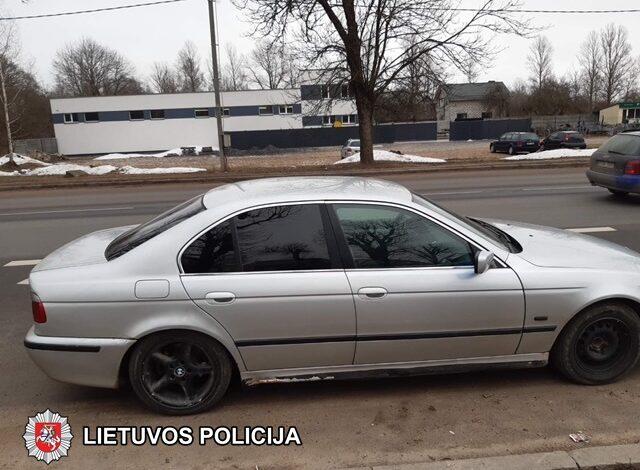 Beteisis jaunuolis atvykęs į komisariatą dėl karantino sąlygų pažeidimo neteko savo BMW automobilio