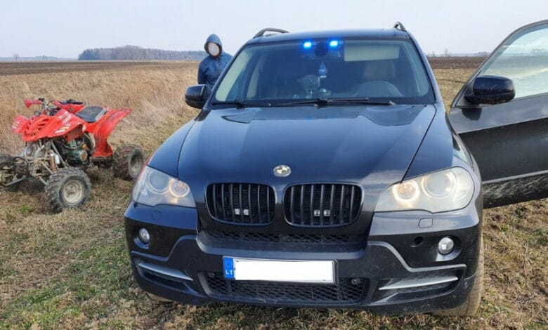 Neblaiviam ir neturinčiam teisių keturračio vairuotojui nepavyko pasprukti nuo pareigūnų BMW X5 nežymėto visureigio (video)