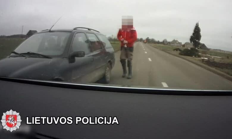 Neblaivus vairuotojas sprukdamas nuo pareigūnų priparkavo automobilį kieme