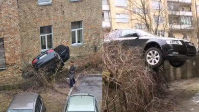 Sostinėje Audi vairuotoja supainiojusi pedalus peršoko tvorelę ir pakibo ant jos