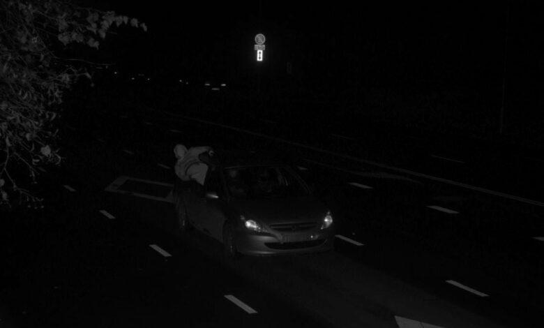 Teisių atėmimas ir bauda: vairuotojas viršijo greitį prieš greičio matuoklį ir rodė vidurinį pirštą, o keleivis pademonstravo lytinį organą