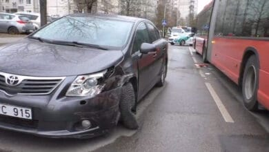 Vilniuje neblaivi moteris pasiemusi vaiką iš darželio sukėlė avariją ir mėgino pasprukti iš įvykio vietos