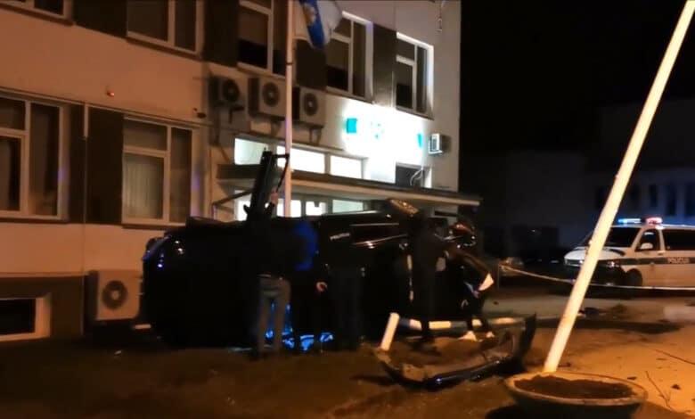 Avarija Velykų naktį Raseiniuose: susidūrę automobiliai vos neįlėkė policijos komisariatą (video)