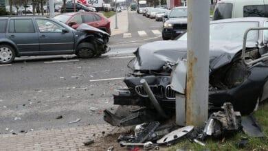 """Avarija Žirmūnų gatvėje: susidūrė """"BMW"""" ir """"VW"""" markės automobiliai"""