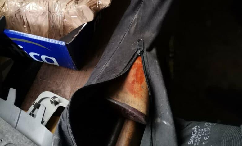 Neteisėta auto prekyba užsiimančio asmens bandžiusio papirkti techninės apžiūros darbuotoją namuose rastas ginklas