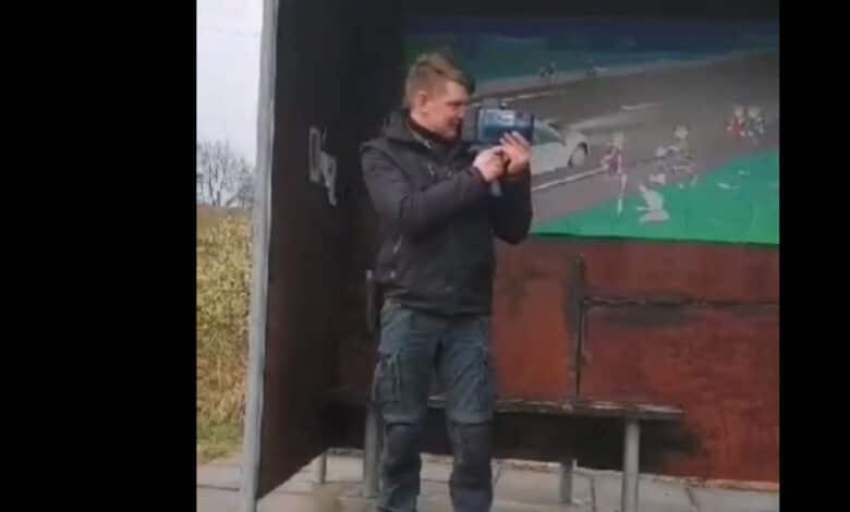 Užfiksuotas pareigūnas matuojantis greitį pasislėpęs viešojo transporto stotelėje (video)