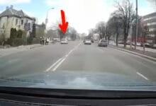 Vilniuje užfiksuotas vidury baltos dienos prieš eismą važiuojantis vairuotojas (video)