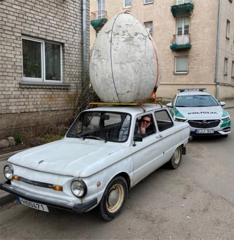 zaparozietis-su-dideliu-kiausiniu-ant-stogo-ir-policijos-pareigunu-automobilis