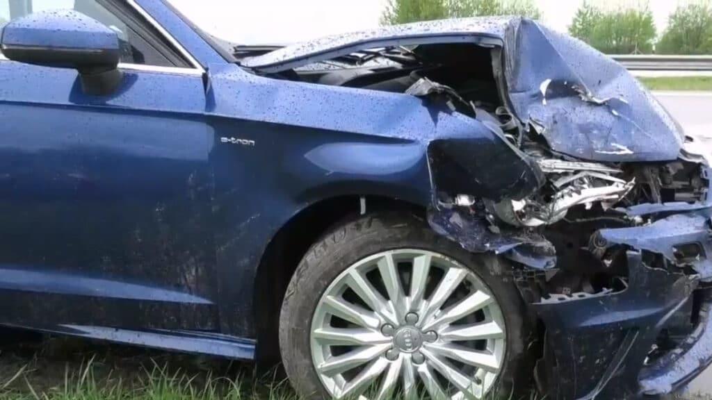 """Antradienį per pietus Vilniaus rajone prie Maišiagalos nutiko dviejų automobilių avarija. """"Audi"""" markės elektromobilis trenkėsi į """"Toyota"""" visureigį."""