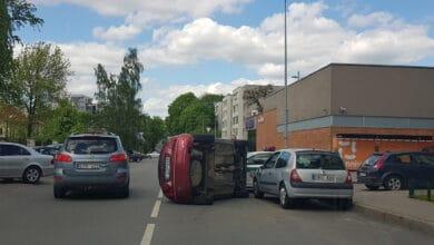 Avarija Vilniuje: neblaivios vairuotojos automobilis apvirto ant šono po sukelto eismo įvykio