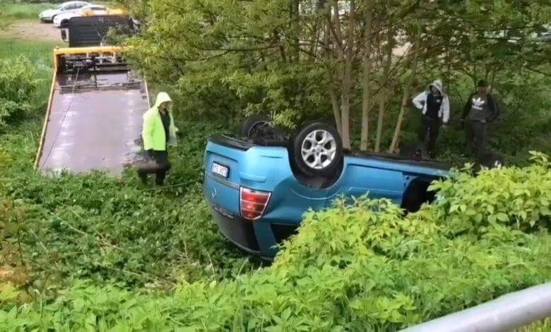 Avarija Vilniuje: po susidūrimo automobilis pramušęs metalinę tvorelę nulėkėnuo šlaito ir apvirto ant šono