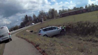 Neužrakintas automobilis paliktas su raktais spynelėje buvo rastas griovyje (video)