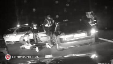 """Nuo policijos sprukęs """"Audi"""" vairuotojas sustabdytas panaudojus """"ežį"""""""
