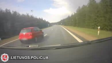 Pareigūnai nepatikėjo, ką pamatė: į iškvietimą skubėjusį ekipažą vairuotojas pralenkė, kaip stovinčius (video)