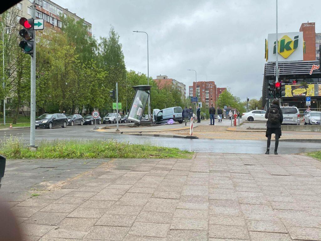"""Vilniuje """"Citroen"""" vairuotojas rėžės į reklaminį stendą ir paspruko palikęs automobilį"""
