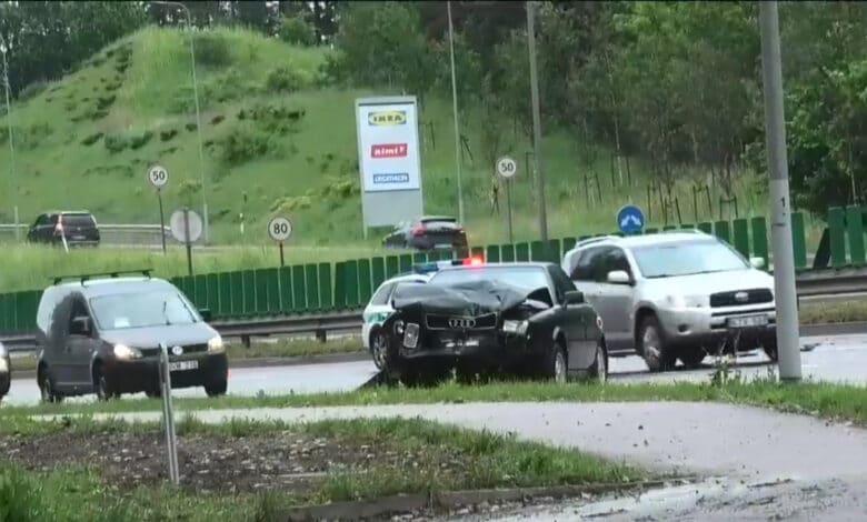 Apmaudi avarija Vilniuje: dėl ant kelio numesto kibiro smarkiai apgadinti du automobiliai