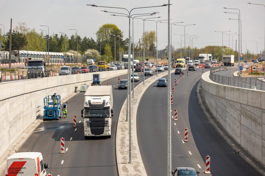 Gegužės mėnesio pradžioje iš dalies pradėjus leisti eismą Liepkalnio–Žirnių g.–Minsko pl. sankryža ir naujuoju viaduku, vairuotojams buvo kilę sunkumų, dėl tebevykstančių darbų eismo juostose ir jų pakraščiuose. Jau nuo šiandien, birželio 21 d., situacija sankryžoje pagerės, nes atidaroma nuovaža į dešinę iš Liepkalnio g. į Žirnių g.  Kadangi nuovažoje nebus šviesoforinio reguliavimo, pagerės pralaidumas Liepkalnio g., judant iš centro Žirnių g. link.  Šiuo metu sankryžos pralaidumas siekia apie 60 proc. Sklandų eismą vis dar trikdo tai, kad dar ne visos eismo juostos atidarytos, o netgi kai kuriose atidarytose kryptyse, pavyzdžiui Liepkalnio g. (iš centro) vykdomi asfaltavimo darbai, dėl kurių yra laikinų eismo pakeitimų.  Esant palankioms oro sąlygoms, planuojamos pagrindinės eismo pakeitimų datos ir eismo organizavimo pakeitimai:  07-05 Liepkalnio g. šiaurinėje dalyje planuojama atidaryti dar vieną eismo juostą link Centro (dabar eismas šia kryptimi vyksta tik viena juosta), todėl pralaidumas šia kryptimi Liepkalnio g. šiaurinėje dalyje turėtų padidėti beveik dvigubai. Taip pat iš Žirnių g. sukti į kairę pusę Liepkalnio g. link bus galima iš dviejų eismo juostų, o ne iš vienos, kaip buvo pastaruoju metu.  07-15 planuojama atidaryti likusias šiuo metu uždarytas juostas: viena Minsko pl., viena Žirnių g. link Tūkstantmečio g. ir likusios dvi juostos Liepkalnio g. iš Centro;  Nuo 07-15 iki 09-09 vykdomi likę dangų (ne važiuojamojoje dalyje) ir aplinkos tvarkymo darbai.