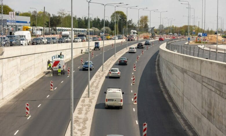 Sumažėjo pėsčiųjų nueinamas atstumas Pėsčiųjų patogumui ir saugumui šviesoforais reguliuojamose sankryžoje įrengtos naujos pėsčiųjų perėjos – dėl to sumažėjo pėsčiųjų nueinamas atstumas. Kartu su atidarytu eismo judėjimu per tunelį taip pat įrengta dalis pėsčiųjų šaligatvių, dviračių takų pagrindai, įrengta dalis šviesoforais reguliuojamos sankryžos. Suprantame, kad vairuotojams reikia priprasti prie pokyčių sankryžoje, iš savo pusės, sutarėme su rangovais dėl papildomų nuorodų įrengimo, kad vairuotojai galėtų iš anksto pasirinkti maršrutą.