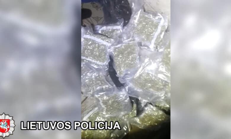 Moters automobilyje pareigūnai aptiko apie 11 kg narkotinių medžiagų (video)