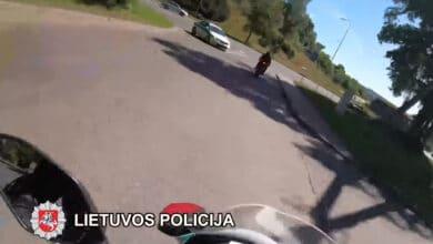 Motociklininko gaudynės Vilniuje: daugybę kelių eismo taisyklių pažeidusiam vyrui pasprukti nepavyko