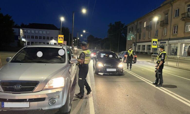 Neblaivi jauna vairuotoja supratusi, jog ją stabdo pareigūnai išsigando ir mėgino pasprukti