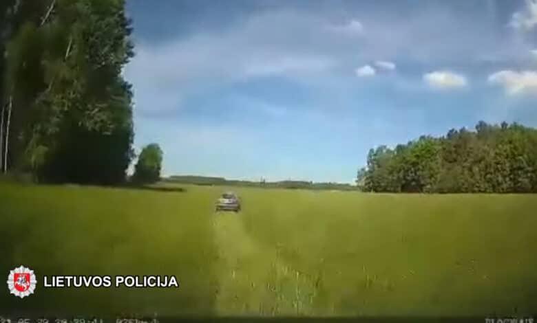 Neblaivus vairuotojas nuo pareigūnų spruko laukais (video)