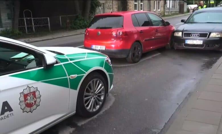 """Sostinėje visiškai girtas """"VW"""" vairuotojas rėžėsi į šalikelėje stovintį automobilį"""