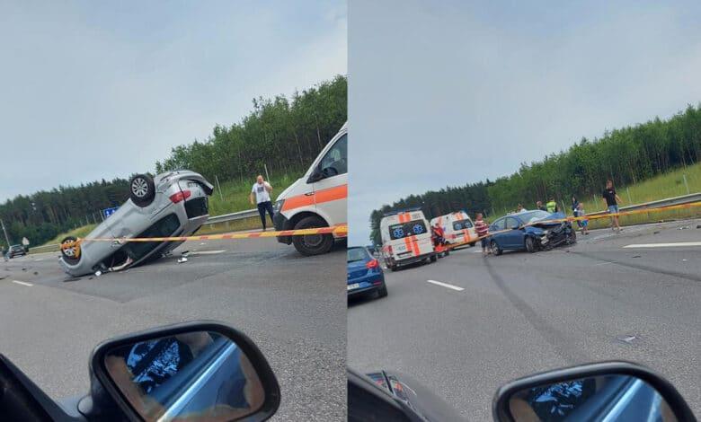 Trijų automobilių avarija kelyje Kaunas - Vilnius, yra sužeistų