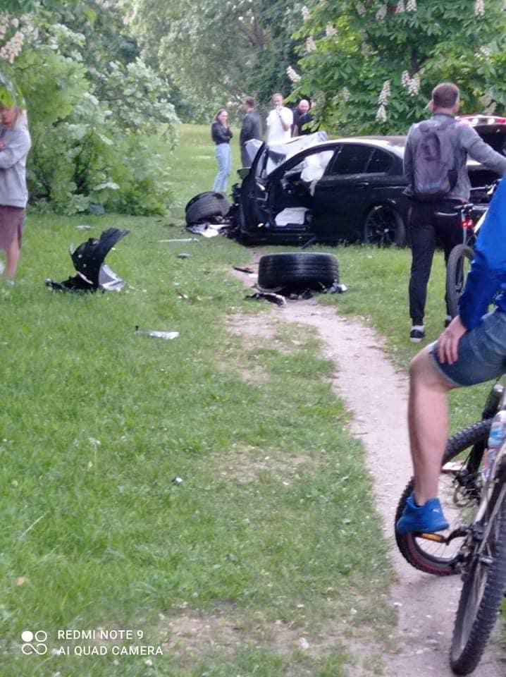 Vilniaus centre per avariją visiškai sumaitotas BMW: vairuotojas ir keleiviai paspruko