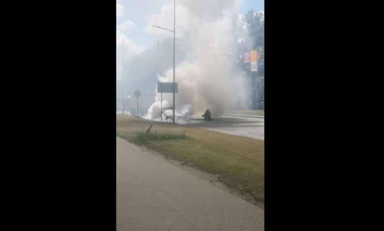 """Vilniuje degė """"BMW"""" markės automobilis (video)"""