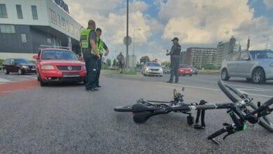 Avarija Vilniuje: vairuotojas nepastebėjęs dviratininko, partrenkė jį. Dviratininkas išgabentas į ligoninę.