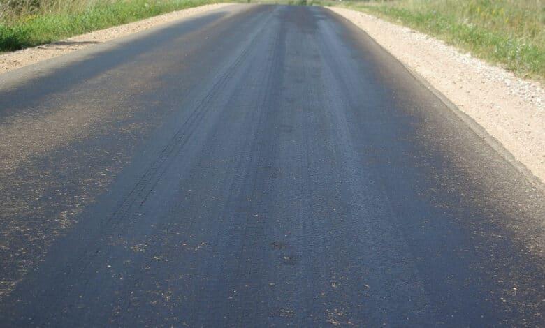 """Dėl itin aukštos oro temperatūros Lietuvos keliuose gali pasitaikyti """"prakaituojančio asfalto"""" ruožų"""