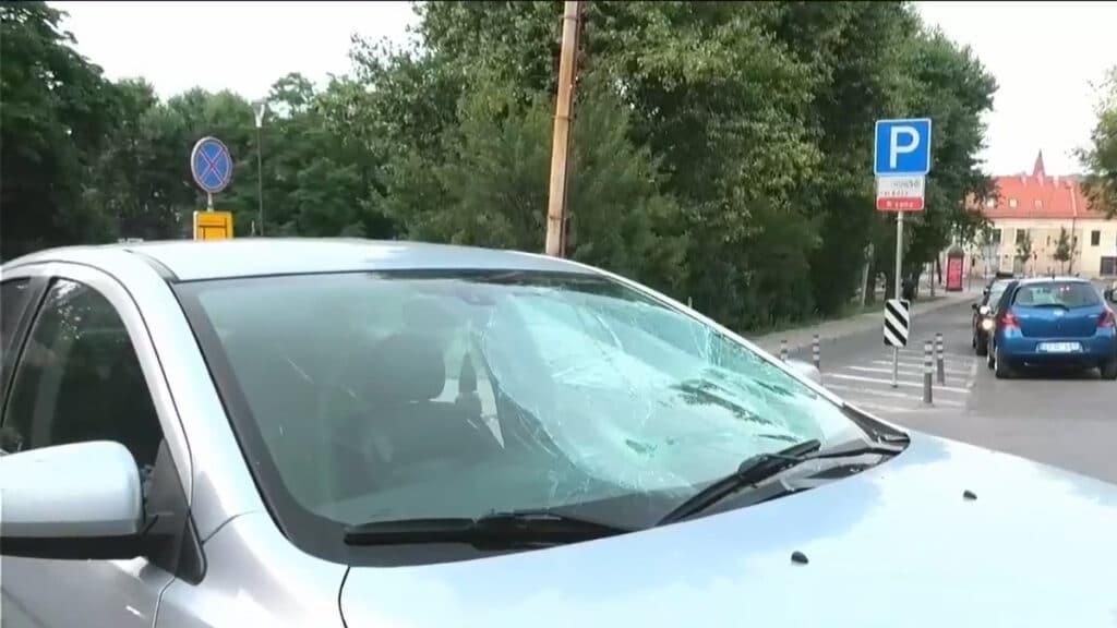Dviejų maisto kurjerių avarija Vilniuje dviratininkas rėžėsi į automobilį