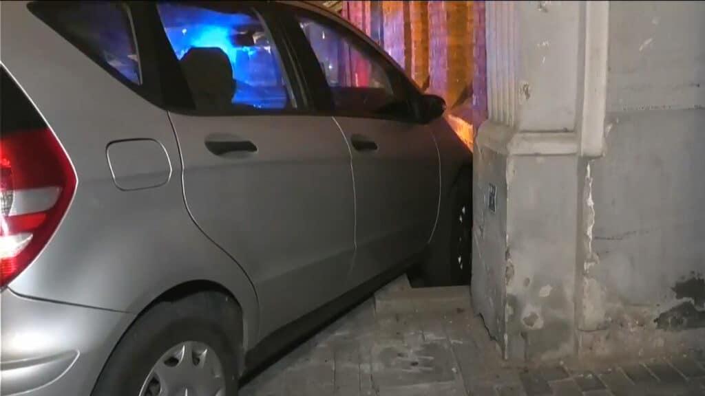 Kurjerio nesėkmė: nuėjęs pristatyti maisto rado automobilį pakibusi ant dugno ir įsirėmusi į sieną