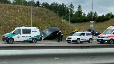 Vilniaus vakariniame aplinkkelyje automobilio nesuvaldęs ir nuvažiavęs nuo kelio vairuotojas paspruko iš įvykio vietos