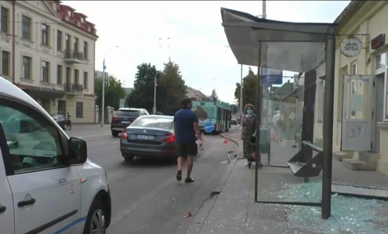 Vilniuje troleibusas apgadino stotelę. Įvykio metu nukentėjo stotelėje sėdėjusivyresnio amžiaus moteris.