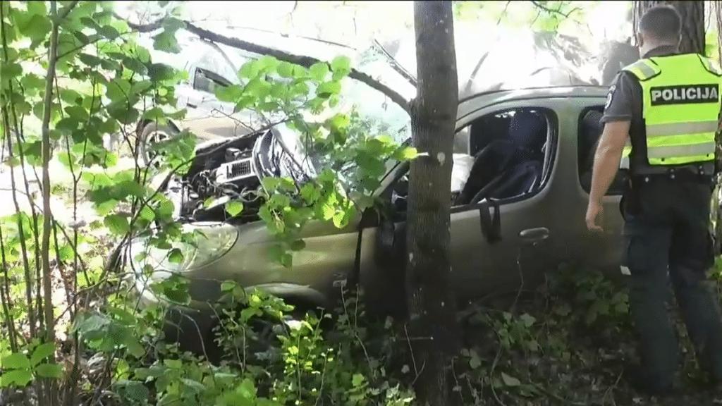 Avarija Vilniuje: sumaitoti du automobiliai ir prispaustas žmogus